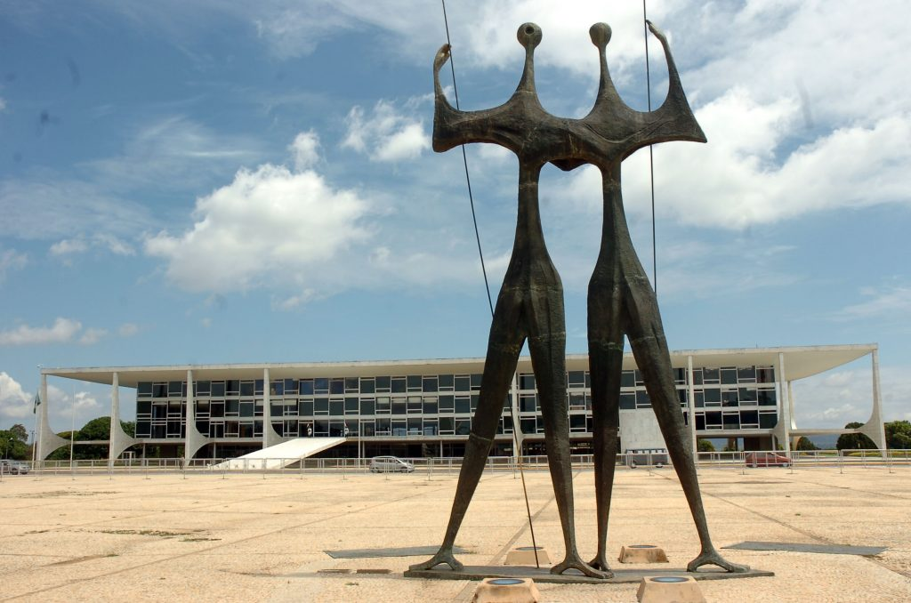 oscar-niemeyer-brasilia-praca-dos-tres-poderes