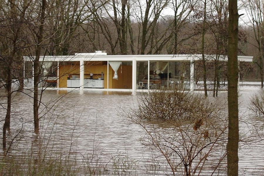 mies-van-der-rohe-casa-farnsworth-inundada