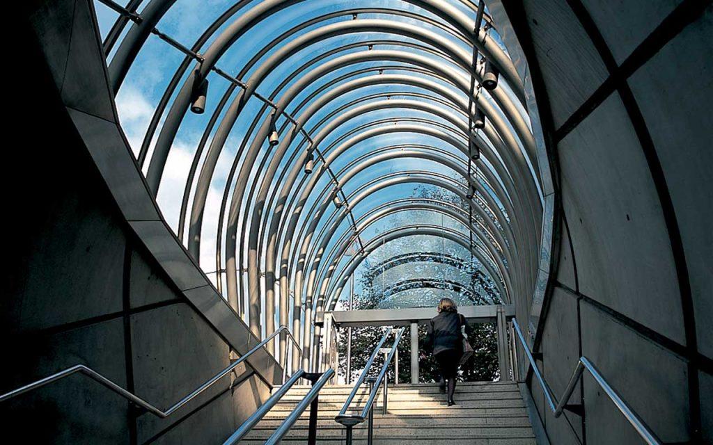 norman-foster-metro-bilbao-escadas