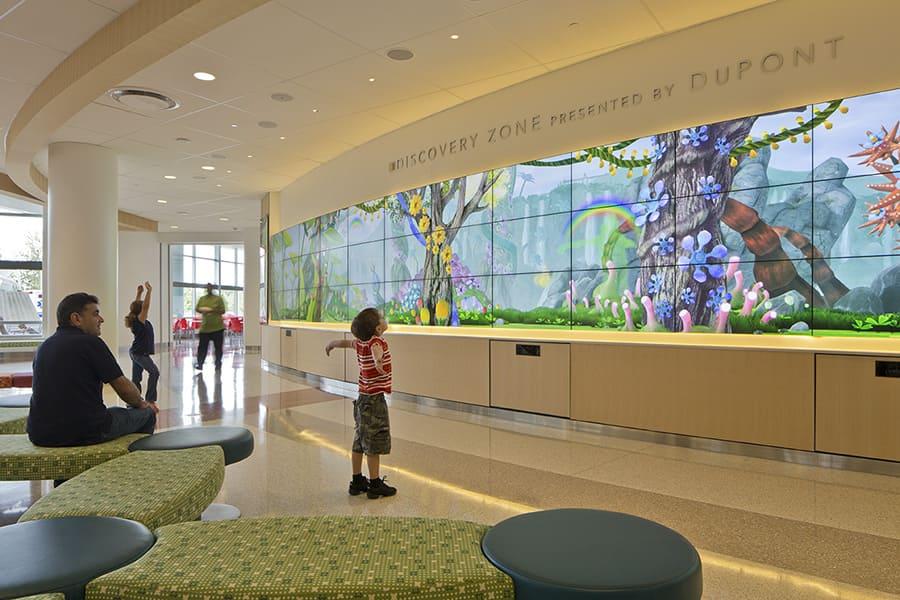 Arquitetura Hospitalar: Painel decorado no Hospital Infantil Nemours, Orlando