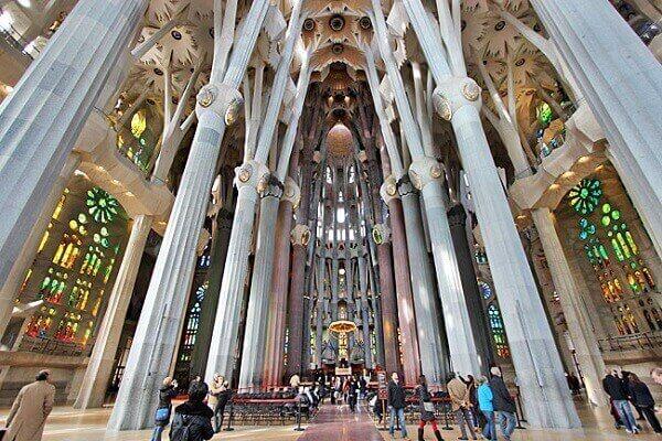 Antoni Gaudí: Sagrada Família - (vista de dentro)