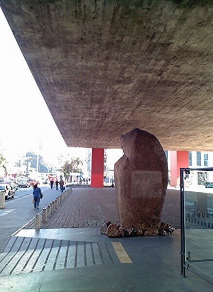 MASP: Pedra no vão no MASP