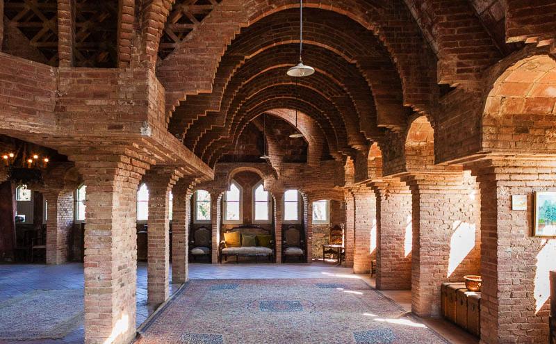 antoni gaudí: bellesguard - interior