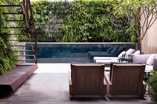 paisagistas-brasileiros-gilberto-elkis-jardim-com-piscina