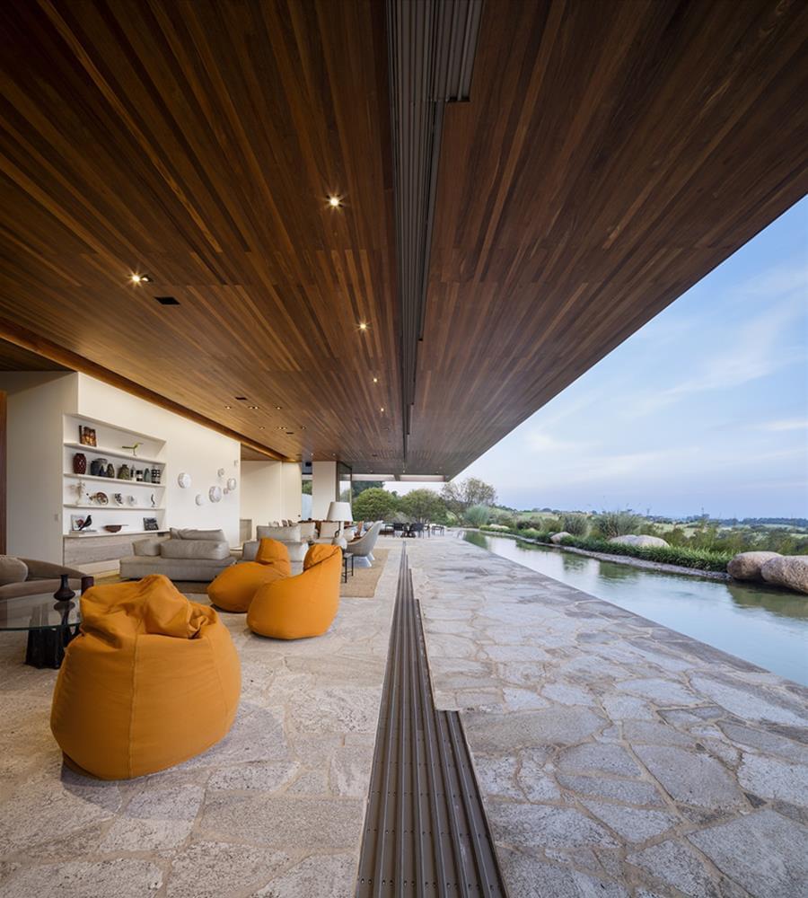 Arthur Casas: Casa MS - sala e lago