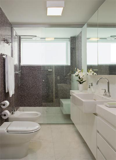 iluminacao-ideal-para-banheiro-branco-e-cinza-com-plafon