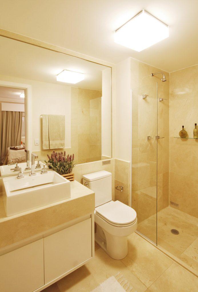 iluminacao-ideal-para-banheiro-branco-e-creme-com-plafon