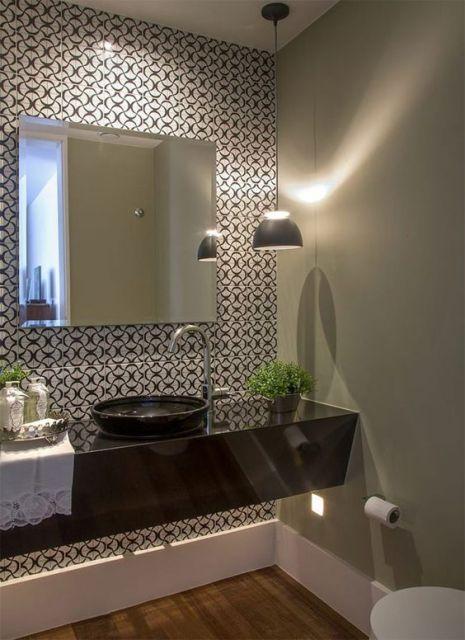iluminacao-ideal-para-banheiro-pendente-e-papel-de-parede