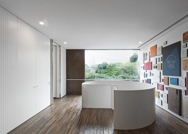 isay-weinfeld-casa-cubo-quadros-e-escada