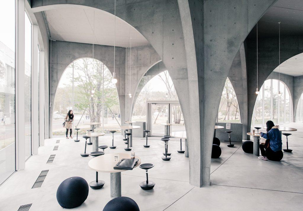 toyo-ito-biblioteca-tama-art-interior