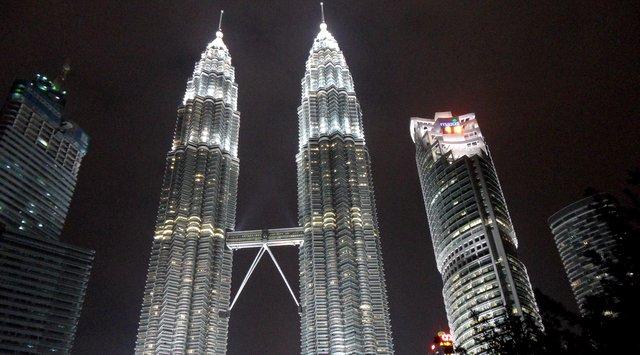 cesar-pelli-petronas-towers-noite
