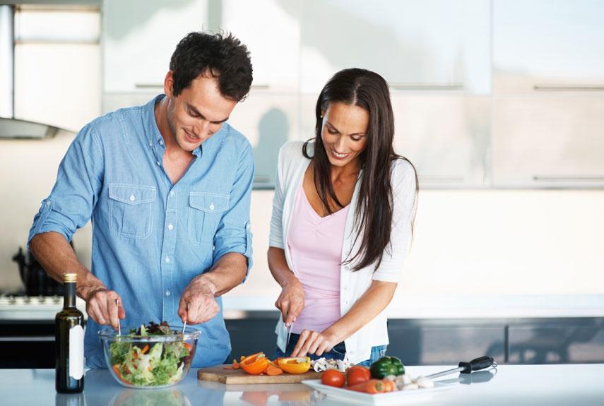 cozinha-espaco-pequeno-cozinhando