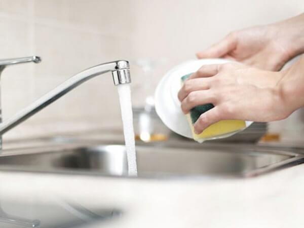 Como parar de procrastinar: lavando a louça