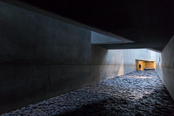daniel-libeskind-museu-judaico-de-berlim-corredor