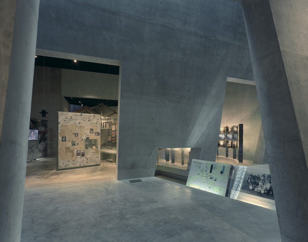 moshe-safdie-museu-do-holocausto-interior