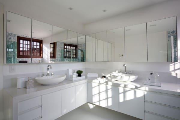 Banheiro de casal: móvel superior espelhado e gabinete planejado (foto: Azevedo Mancini)