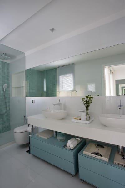 Banheiro de casal: banheiro branco e verde (foto: Yamagata Arquitetura)