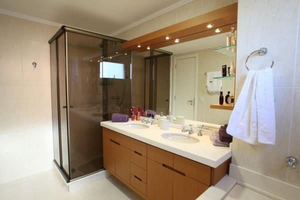 Banheiro de casal com bancada branca e box preto (foto: Renata Kohmann Dietich)