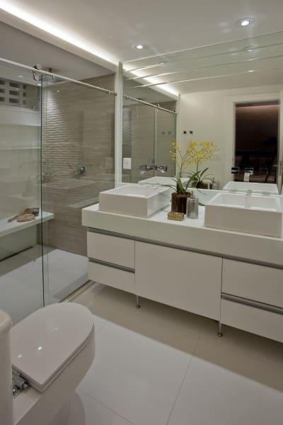 Banheiro de casal com cubas de apoio brancas (foto: Marcela Meira Passamani)