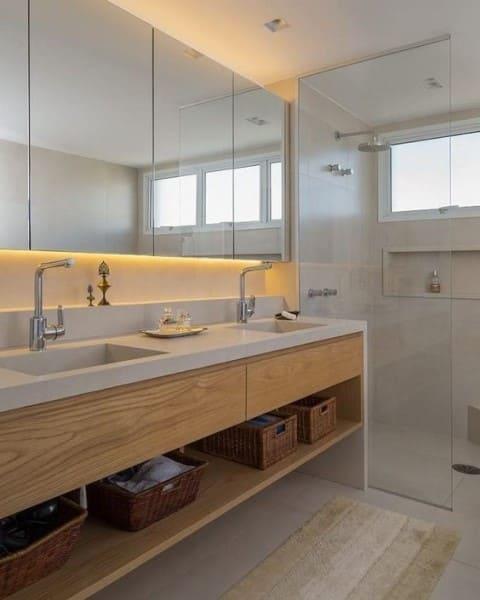 Banheiro de casal com móvel de madeira e box de vidro (foto: Tua Casa)