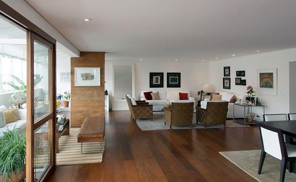 Como escolher piso: ambiente integrado com piso de assoalho de madeira (projeto: C2HA Arquitetos)