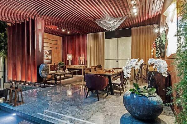 Como escolher piso: sala de estar com piso de granito (projeto: Elmor Arquitetura)