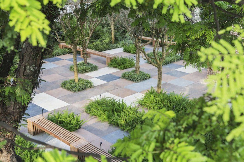 alex-hanazaki-jardim-com-piso-de-porcelanato-e-banco-de-madera