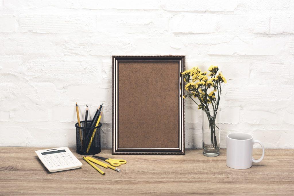 decoracao-de-sala-comercial-mesa-organizada