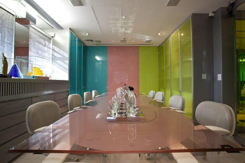 designers-de-interiores-brasileiros-sala-de-reuniao-colorida-brunete-fraccaroli