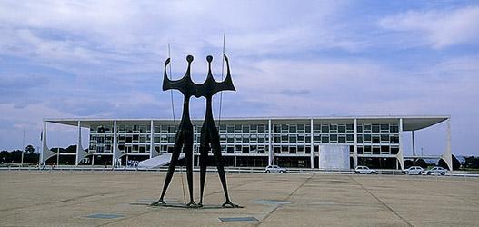 obras-de-arquitetura-famosas-praca-dos-tres-poderes-estatuas