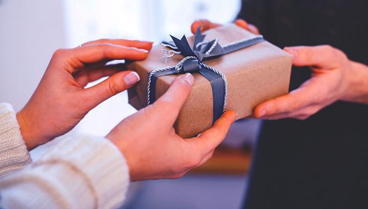 presente-para-arquiteto-entregando-presente