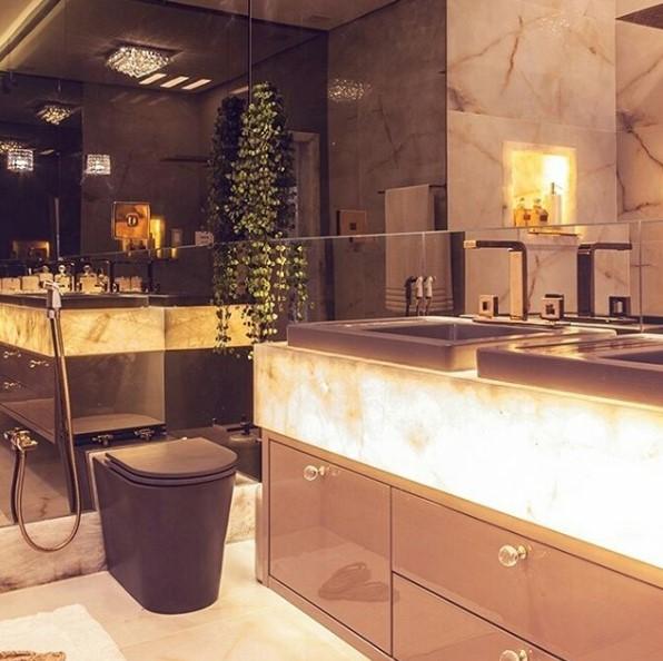projeto-banheiro-casal-banheiro-com-bancada-iluminada
