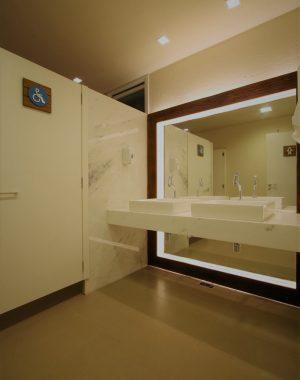 projeto-de-banheiro-publico-loucas-e-metais