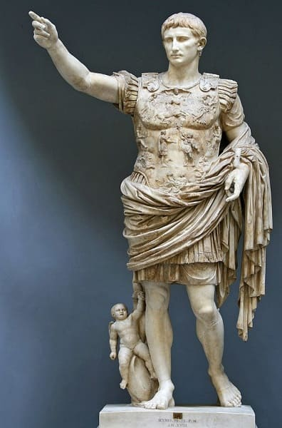 Arquitetura romana: escultura do Imperador Augusto de Prima Porta