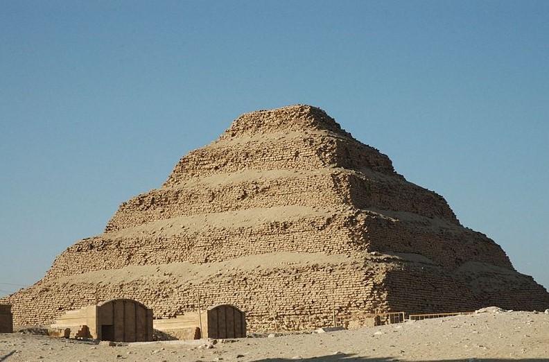 estilos-de-arquitetura-piramide-degraus