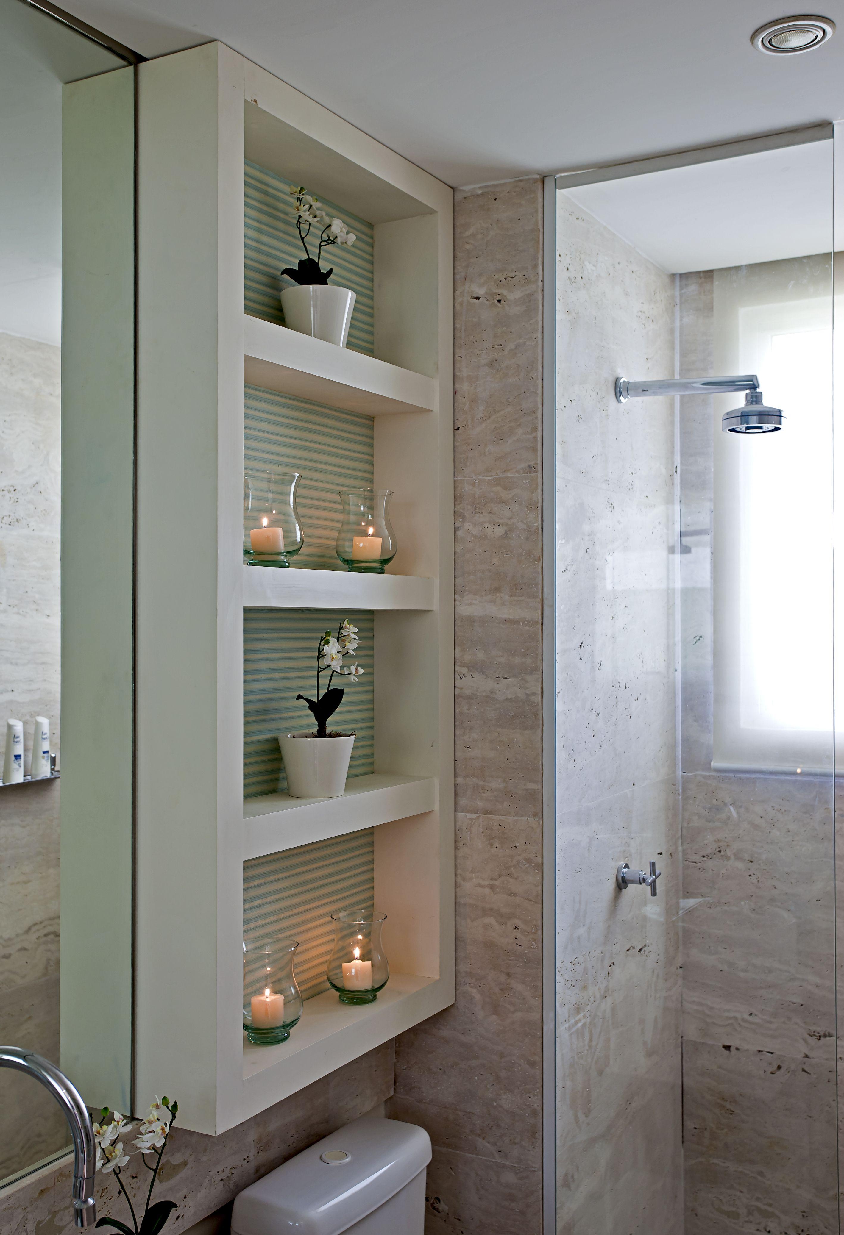 dicas-para-banheiro-pequeno-Banheiro-com-armario-acima-do-vaso-sanitario