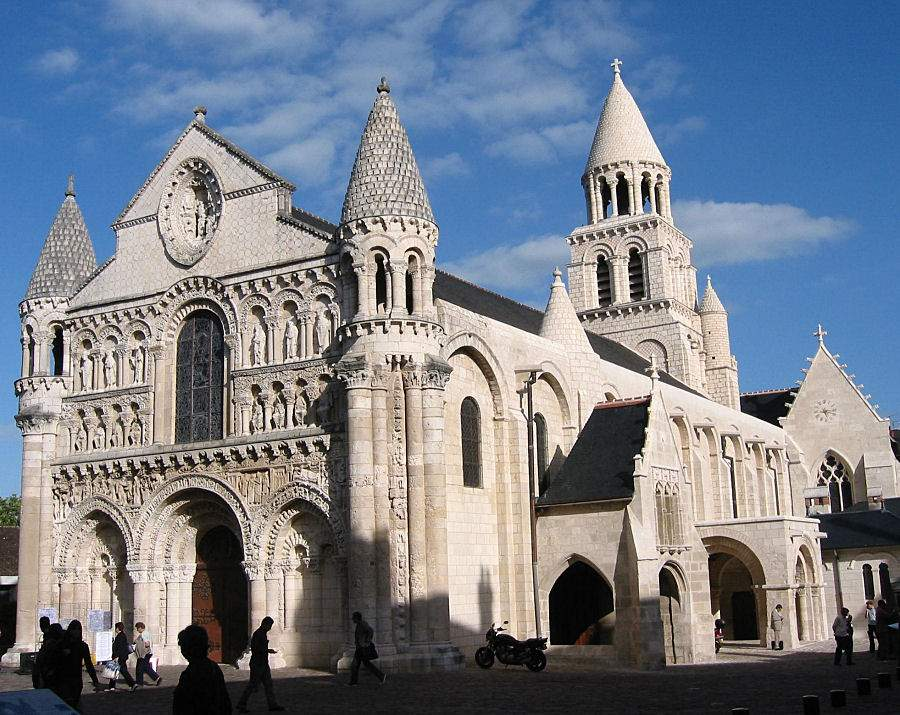 arquitetura-medieval-igreja-de-nossa-senhora-a-maior-estilo-romanico