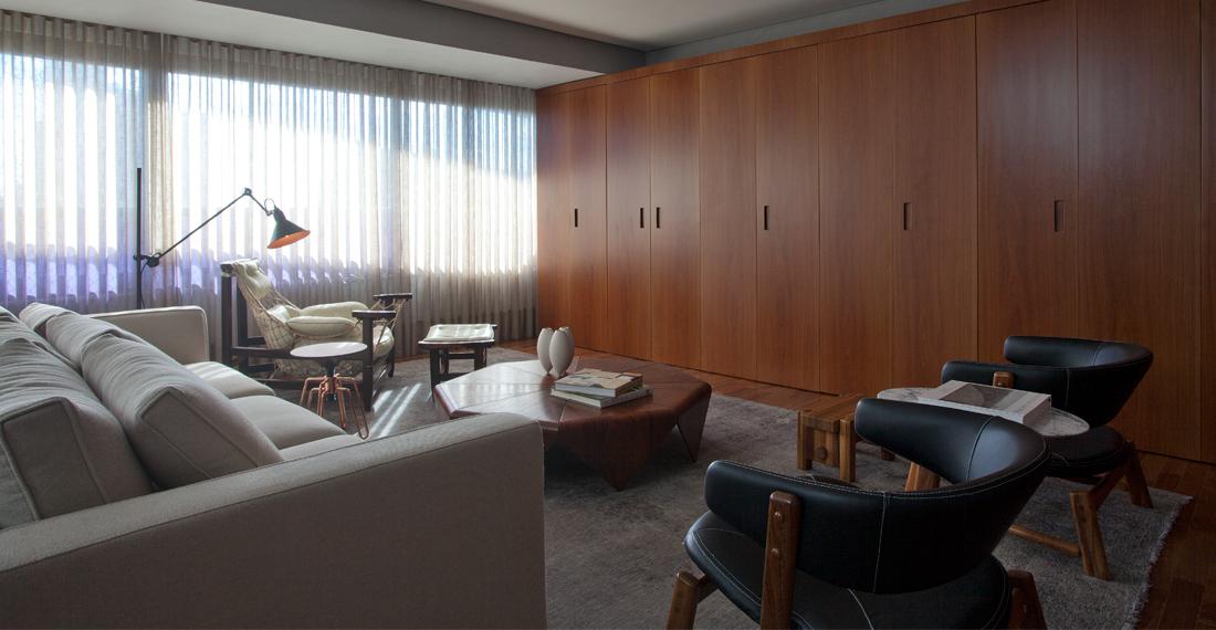 marcos-bertoldi-decoracao-de-sala-com-cores-neutras-e-o-uso-da-madeira