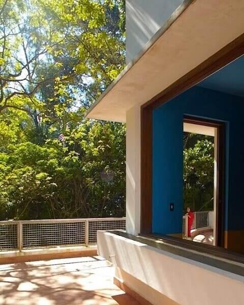 Casa Modernista: Janela e parede azul