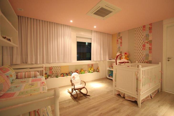iluminação para quarto de bebê: spots sobre cadeira de balanço