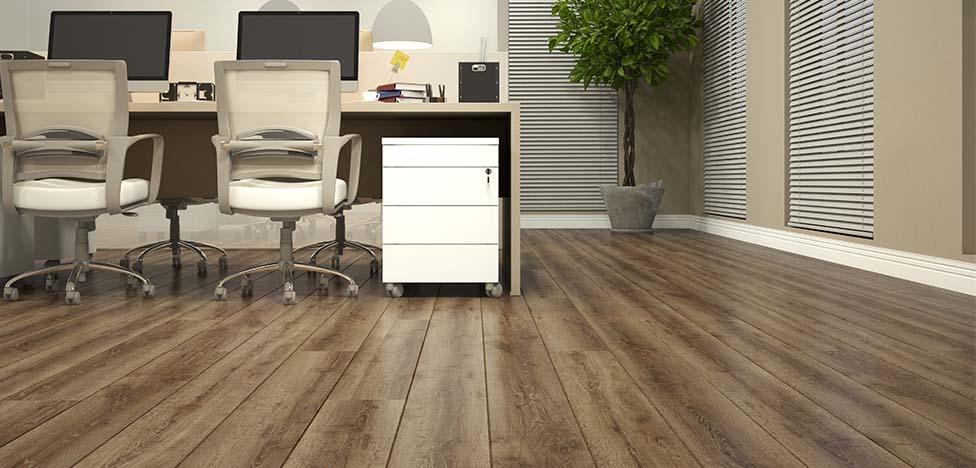 Onde usar piso laminado de madeira: piso laminado de madeira em ambiente corporativo