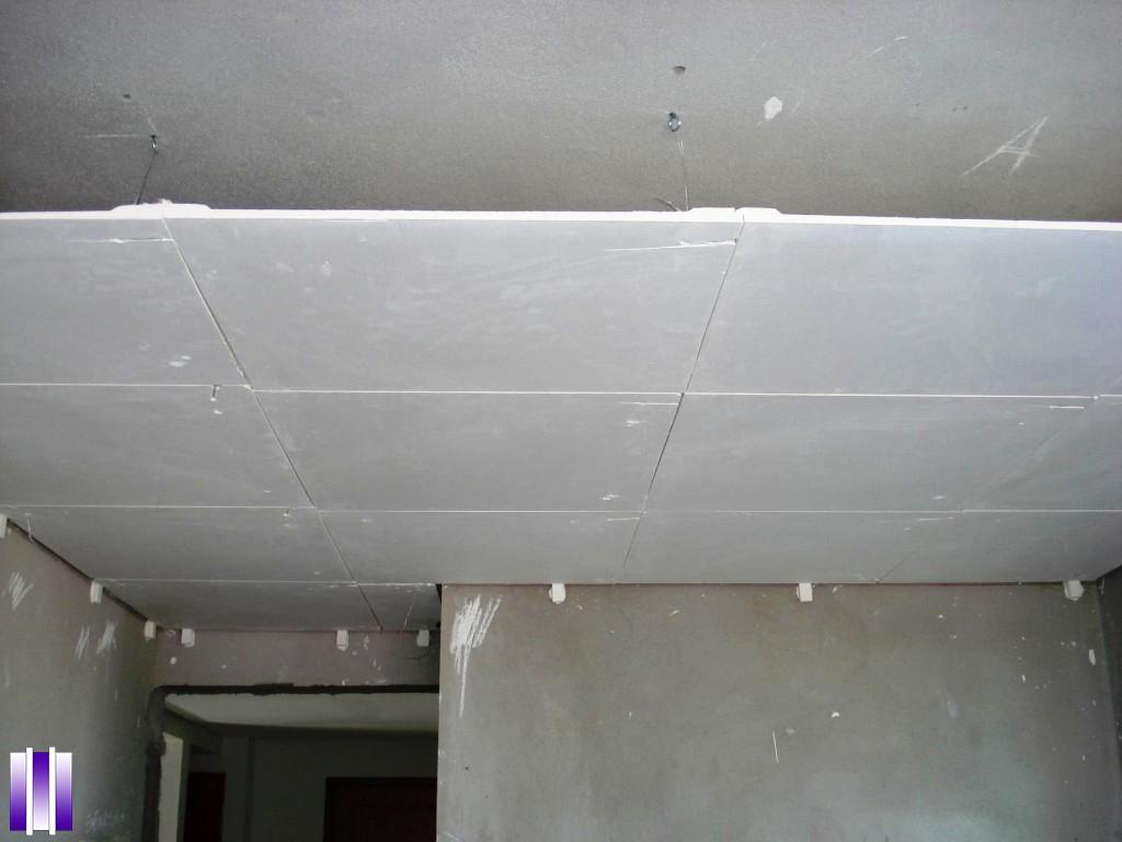 Diferença entre drywall e gesso: forro com placas de gesso comum