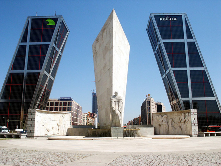 Philip Johnson: Puerta de Europa