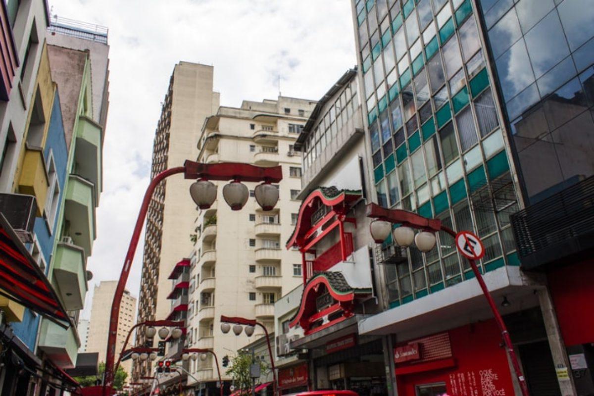 Arquitetura japonesa: prédio com beiral no bairro da Liberdade