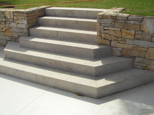 tipos de escadas: escada de mármore