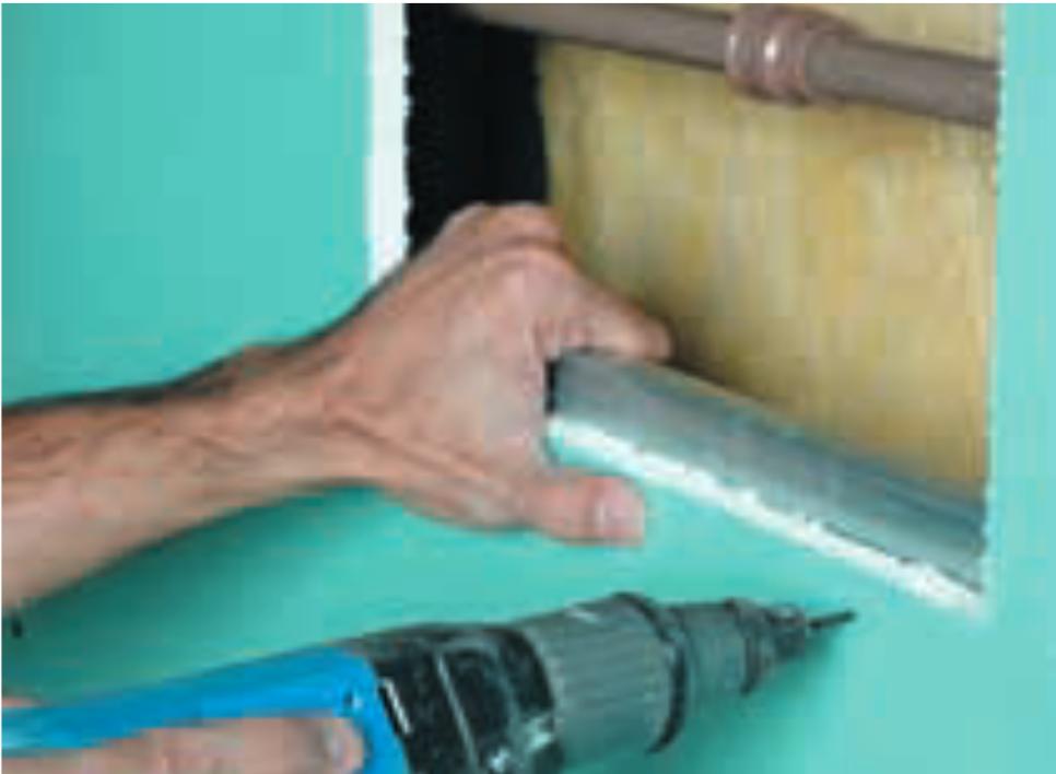 Como reparar drywall: passo 3 - Fixação do perfil de reforço