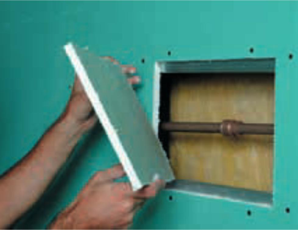 Como reparar drywall: passo 4 - Fixação do novo pedaço de chapa