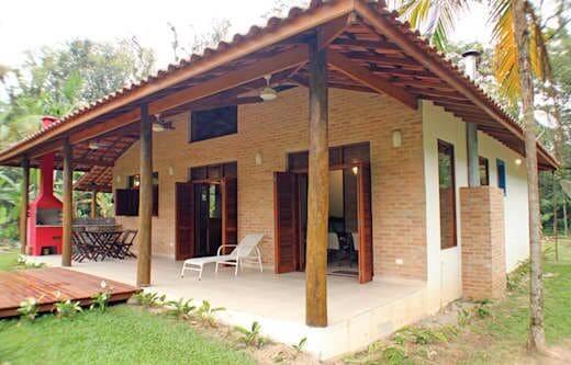 Modelos de telhados de cerâmica são usados em casas no campo