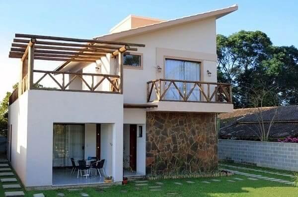 Projeto de Casa de Praia: fachada com revestimento natural (projeto: Denise Reinert)