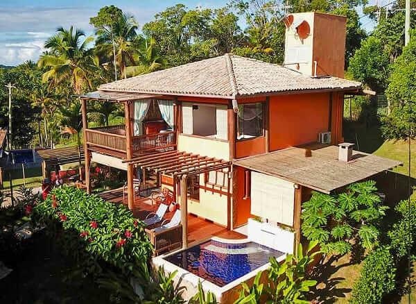 Projeto de Casa de Praia: fachada laranja e bambu